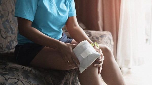 استفاده از کمپرس یخ برای درمان التهاب زانو