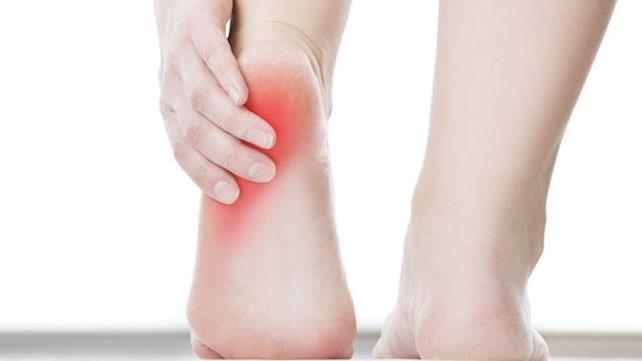 بهترین درمان خانگی خار پاشنه چیست (حمام گرم، ماساژ کف پا، منیزیم)