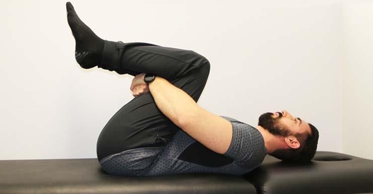 تمرینات ورزشی برای کنترل درد کمر :حرکت زانو به قفسه سینه