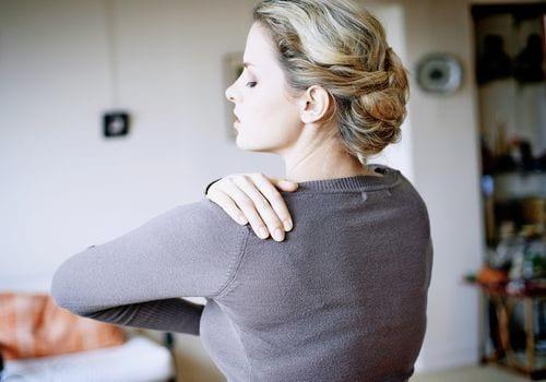 درمان سوزش بین دو کتف با مسکن ،فیزیوتراپی و تزریق کورتیزون