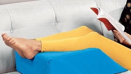 قرار دادن زانو روی سطح مرتفع برای درمان التهاب زانو