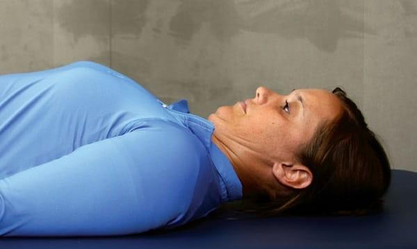 منقبض کردن گردن در حالت خوابیده برای درمان گردن درد