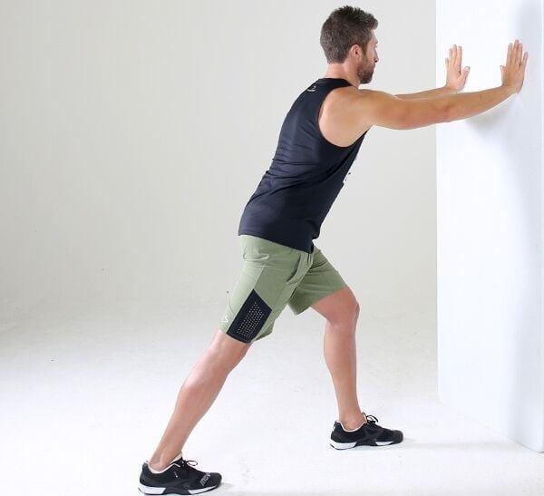 کشش عضله ساق پا برای درمان پیچ خوردگی مچ پا